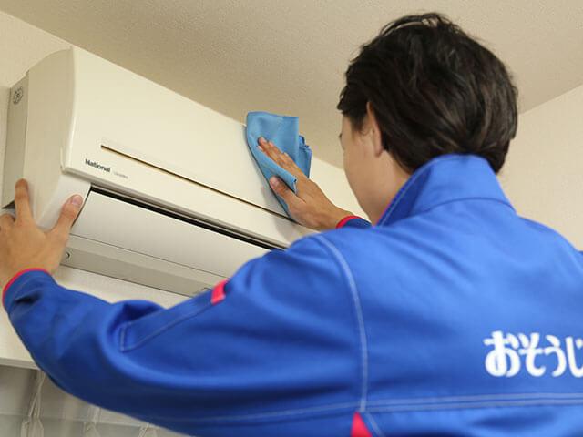 おそうじ本舗のエアコン掃除料金は1万円ぐらいからなので比較的安いです